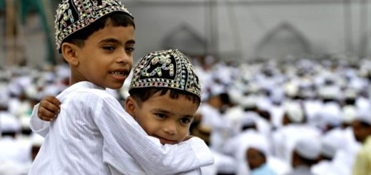 Muslim children greet each other after offering prayers during Eid al-Fitr in Allahabad, India, Saturday, Sept. 11, 2010. Eid al-Fitr festival marks the end of the Muslim holy fasting month of Ramadan. (Foto:Rajesh Kumar Singh/AP/dapd)